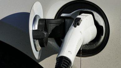 ladowanie samochodu elektrycznego